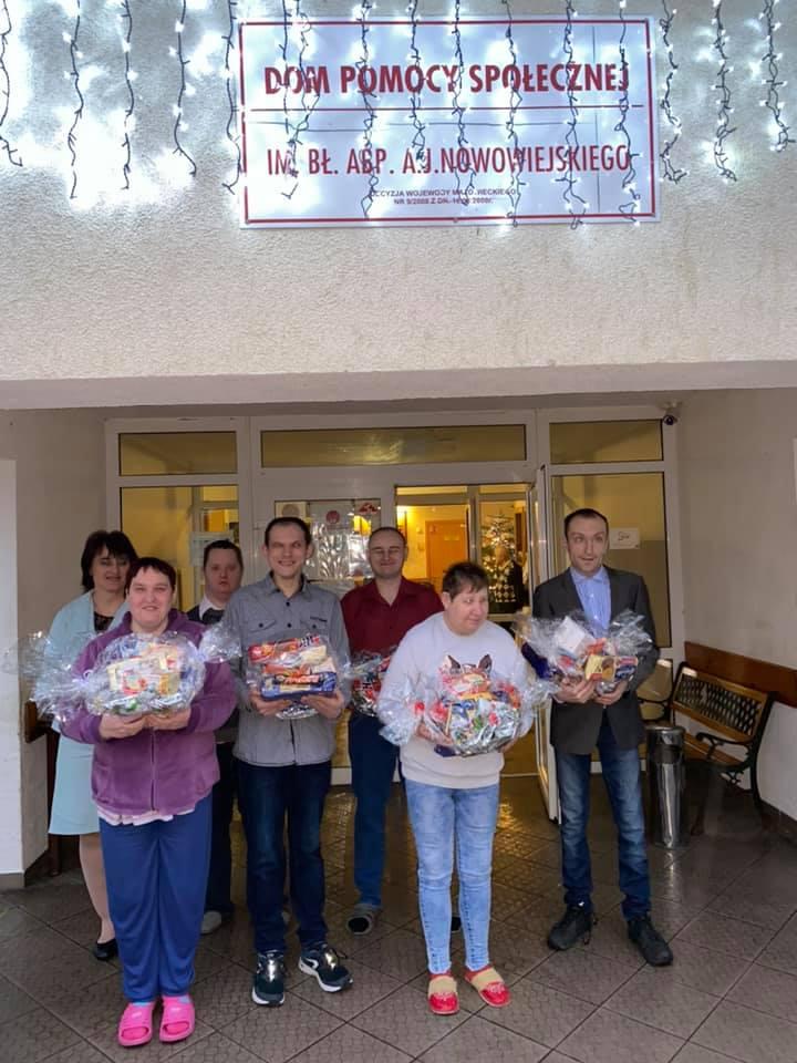 Pracownicy WTZ w Męczeninie dostarczyli dla uczestników świąteczne paczki